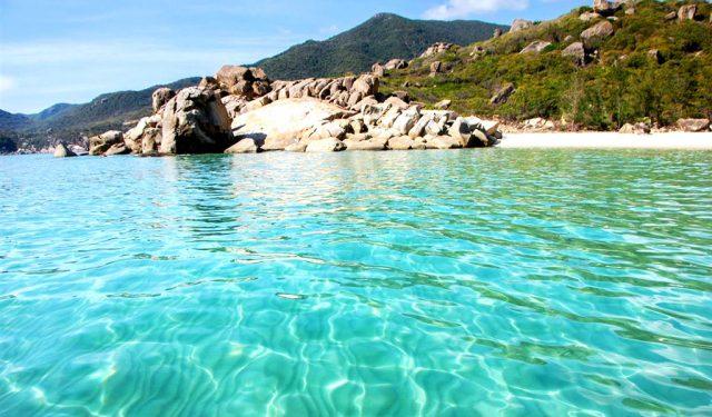 Đắm mình trong làn nước xanh mát tại bãi Nhà Cũ trong chuyến du lịch Cam Ranh (Ảnh ST)